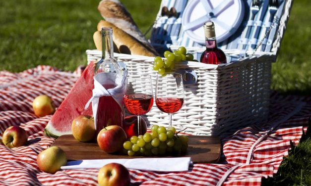 Pack A Picnic Basket And How To Keep Food Warm Or Cold In The Basket